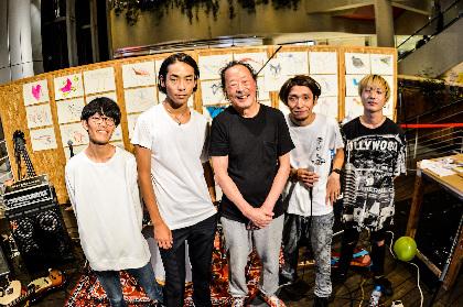 愛はズボーン1stアルバム『どれじんてえぜ』のCDジャケットを黒田征太郎が演奏に合わせて生パフォーマンス