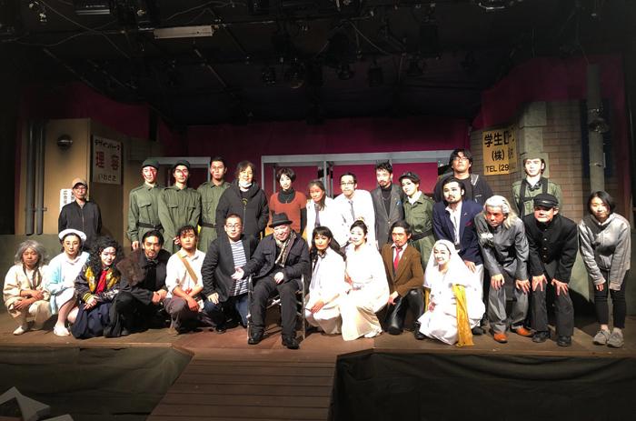 唐十郎(中央)と『唐版 風の又三郎』出演者ら