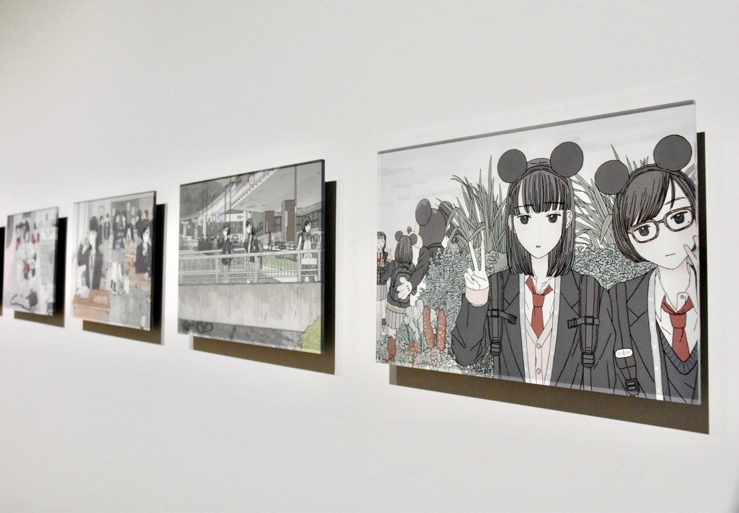 右から:大島智子《修学旅行》、《おみやげと通学路》、《クラスメイトのおみやげ》、《お部屋》 (C)Disney