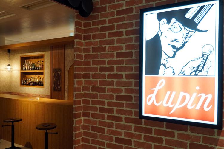 バー「ルパン」の再現空間。看板もレトロで目をひく。