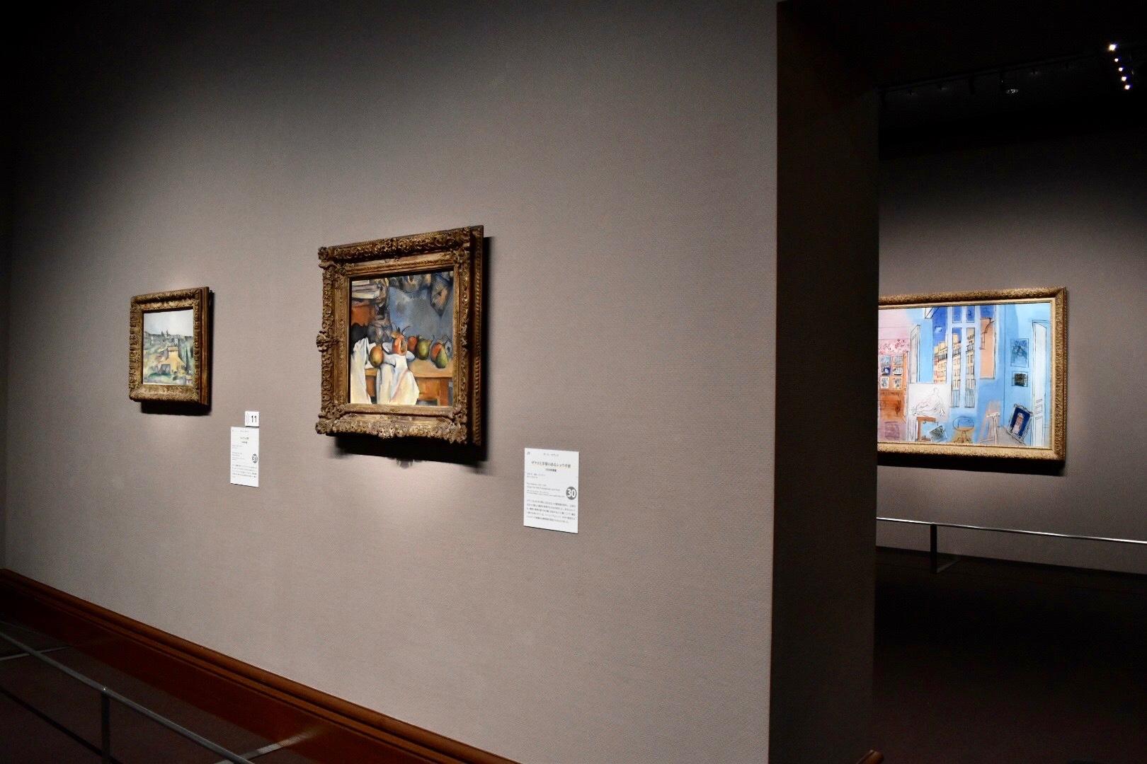 展示風景:手前右:ポール・セザンヌ 《ザクロと洋梨のあるショウガ壺》 1893年 手前左:ポール・セザンヌ 《ベルヴュの野》 1892-95年 奥:ラウル・デュフィ 《画家のアトリエ》 1935年