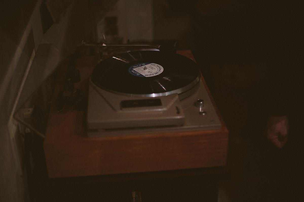 父親が経営していた店でも使われていた、今はなき佐藤精密工業のレコードプレイヤー。自らメンテナンスをしながら使用している。アンプはALTEC社製真空管アンプを使用。
