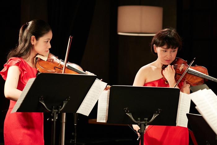(左から)鈴木舞(Vn)、伊藤亜美(Vn)