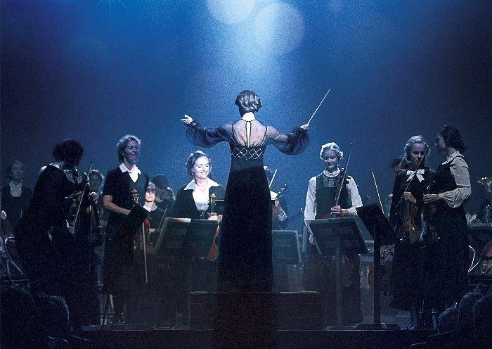 女性楽団を指揮するアントニア