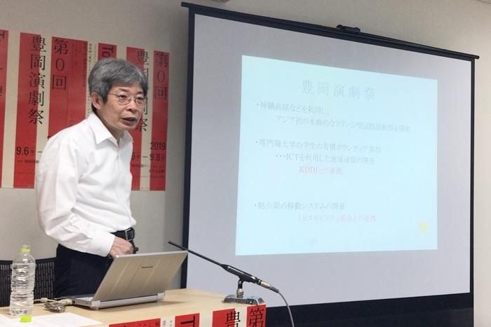豊岡演劇祭の詳細を説明する平田オリザ。 [撮影]吉永美和子