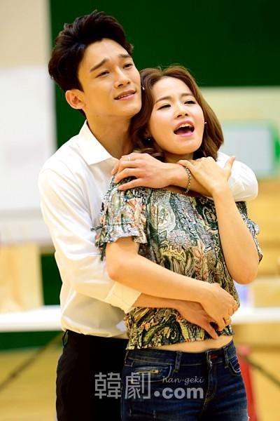 ベニー役 チェン(左)とニーナ役 キム・ボギョン