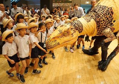 体験型リアル恐竜ショー『恐竜どうぶつ園2019』プレイベント開催、4メートルを超えるフクイラプトルに子供たち大興奮