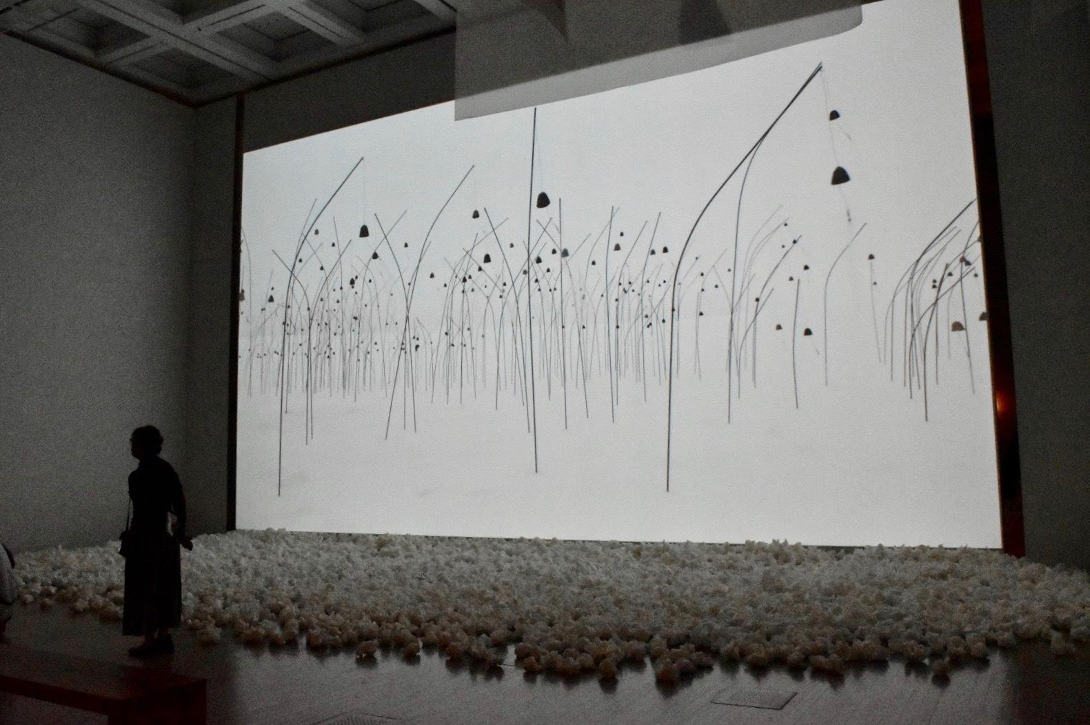 《アニミタス(白)》 2017年 「クリスチャン・ボルタンスキー −Lifetime」展 2019年 国立新美術館展示風景