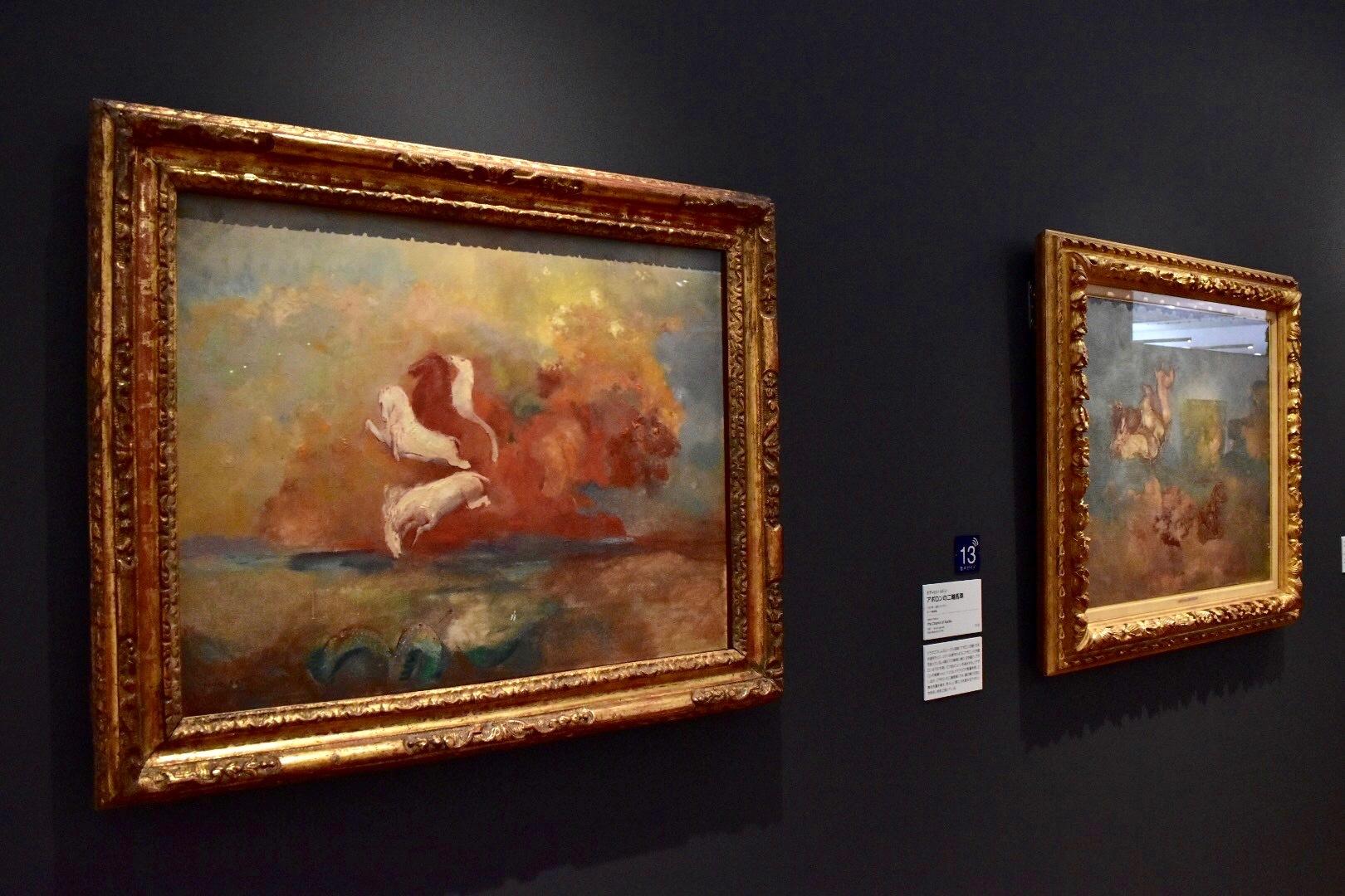 左:オディロン・ルドン 《アポロンの戦車》1906-1907年頃 岐阜県美術館 右奥:オディロン・ルドン 《アポロンの二輪馬車》1907年 ポーラ美術館