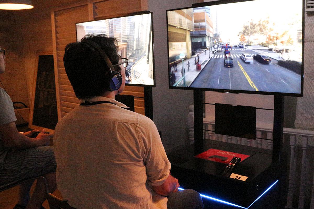ゲーム体験で道路スレスレをスウィング。通行人や車もしっかり描かれている 撮影:梅田勝司