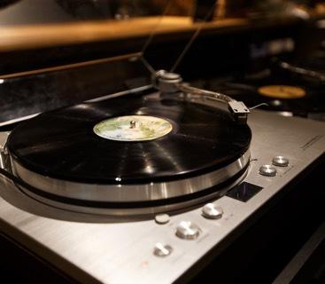 ラックスマンのベルトドライブ・アナログプレーヤー「PD-171」やテクニクスのターンテーブル「SL-1200」シリーズも設置。毎週水曜日は、ラジオパーソナリティーのジョージ・カックル氏によるDJイベントが開催されている。