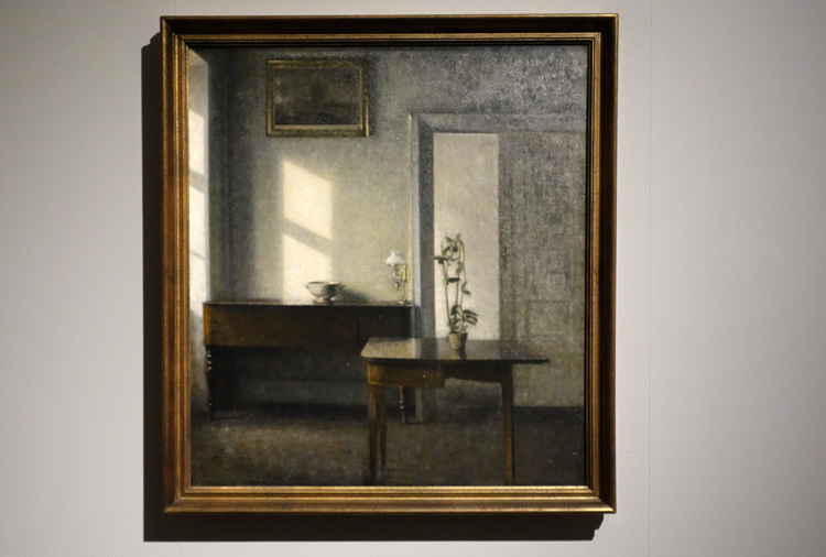 ヴィルヘルム・ハマスホイ《カード・テーブルと鉢植えのある室内、ブレズゲーゼ25番地》1910 –11年 マルムー美術館