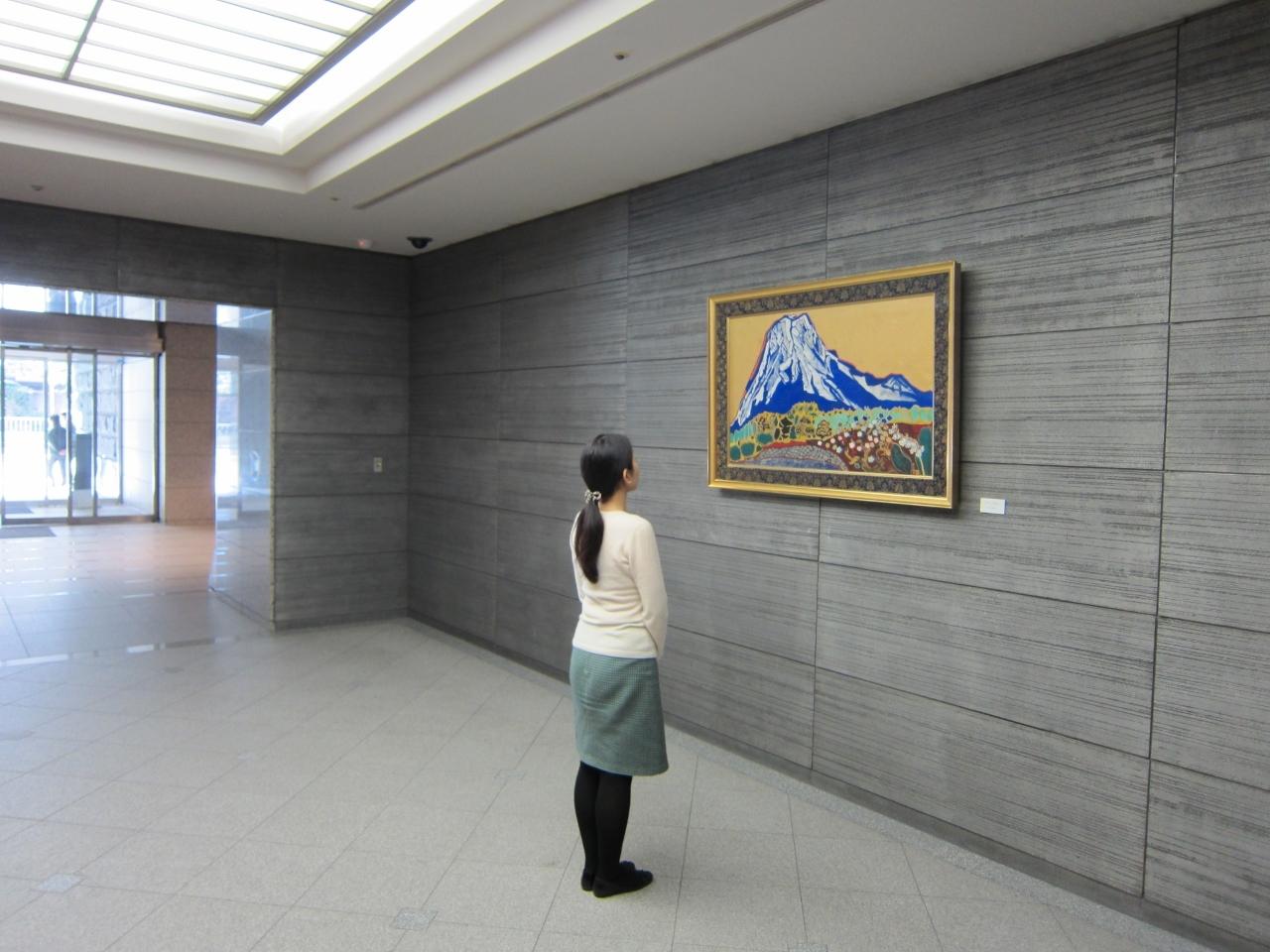 片岡球子 東京美術倶楽部ロビー展示風景