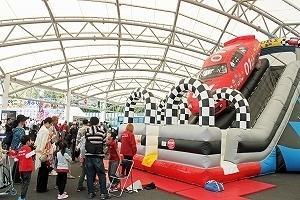 イベント広場にはふわふわキッズテントが設置される