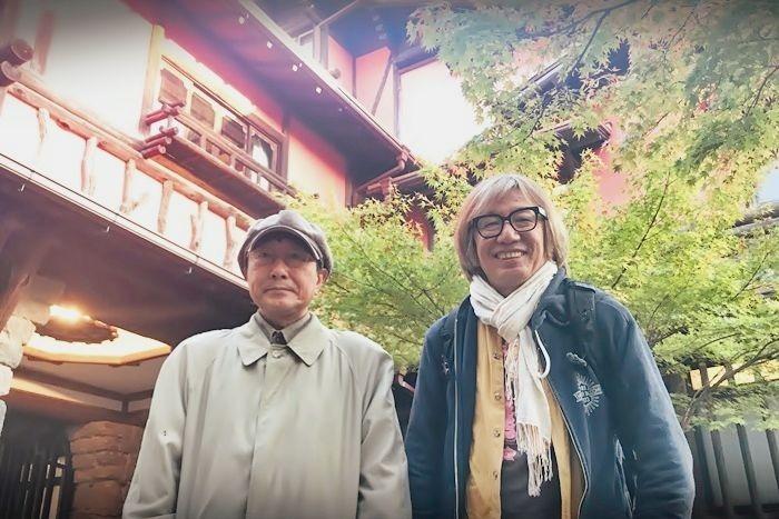 (左から)天野天街、しりあがり寿。天野のコラージュ作品の展覧会「揚輝荘天街展」を開催中の「揚輝荘 聴松閣」にて。