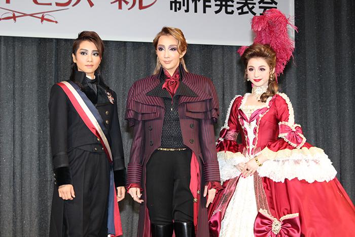 (左から)礼真琴、紅ゆずる、綺咲愛里