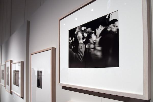 手前:ソール・ライター《キス》1952年、ゼラチン・シルバー・プリント (C)Saul Leiter Foundation