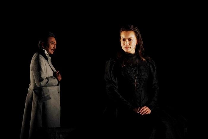 左から:山崎一 長谷川京子 世田谷パブリックシアター『メアリ・スチュアート』 撮影:細野 晋司