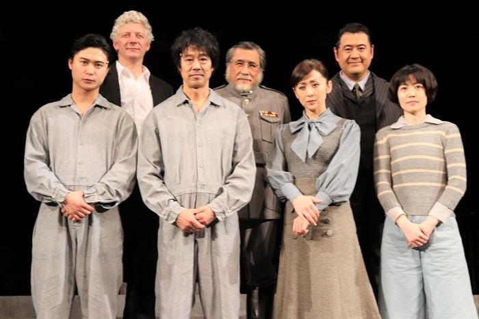 (前列左から)橋本良亮、堤真一、斉藤由貴、シム・ウンギョン(後列左から)ウィル・タケット、外山誠二、小手伸也