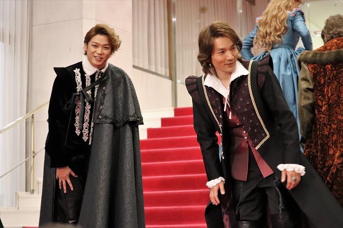 会見終了後、記者たちに挨拶する長野さんと髙木さん。最後まで気配りの騎士でした
