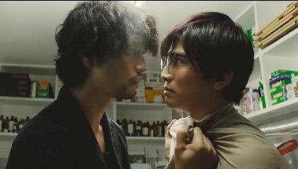 岩田剛典と斎藤工の顔が触れ合うほどにまで接近! 映画『去年の冬、きみと別れ』緊迫の場面写真を一挙公開
