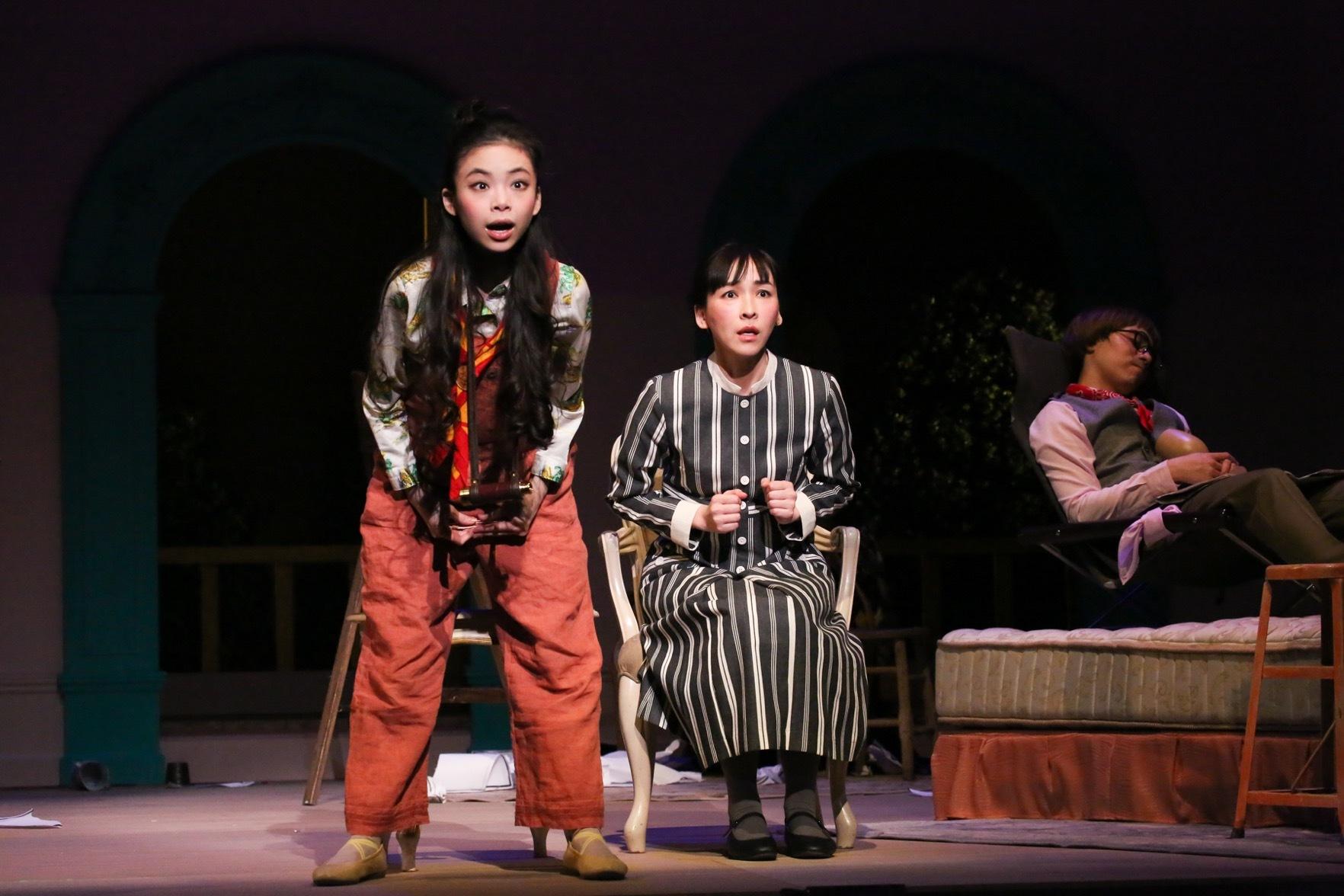 『クラッシャー女中』左:趣里、中央:麻生久美子、奥:田村健太郎 撮影:宮川舞子