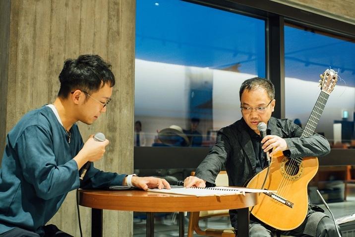 タン・ドゥンのギター協奏曲「Yi2」のスコアを見て話す二人 (C)山本康平