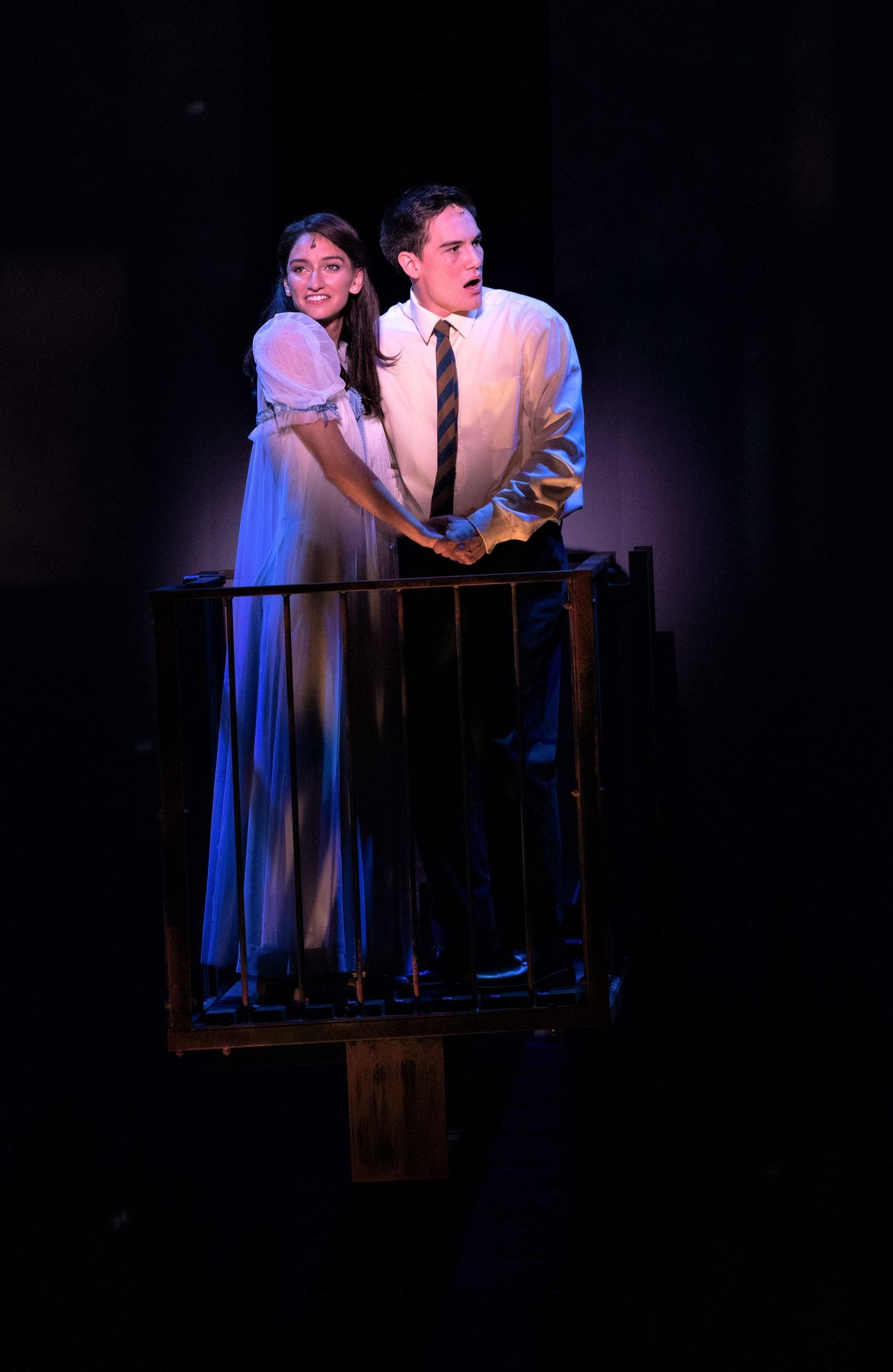 〈トゥナイト〉を歌う、マリア役のソニア・バルサラと、トニー役トレヴァー・ジェームス・バーガー Photo by Jun Wajda
