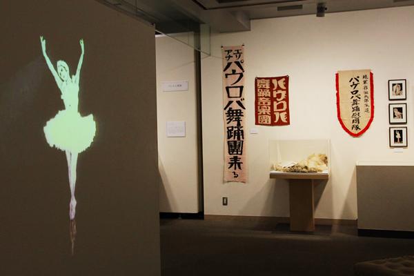 左:アンナ・パヴロワの映像 右奥:エリアナ・パヴロバの資料 鎌倉市所蔵