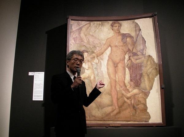 《子どもたちを解放するテセウス》(65-79年 ナポリ国立考古学博物館蔵)の前で「コントラポスト」を解説する飯塚隆