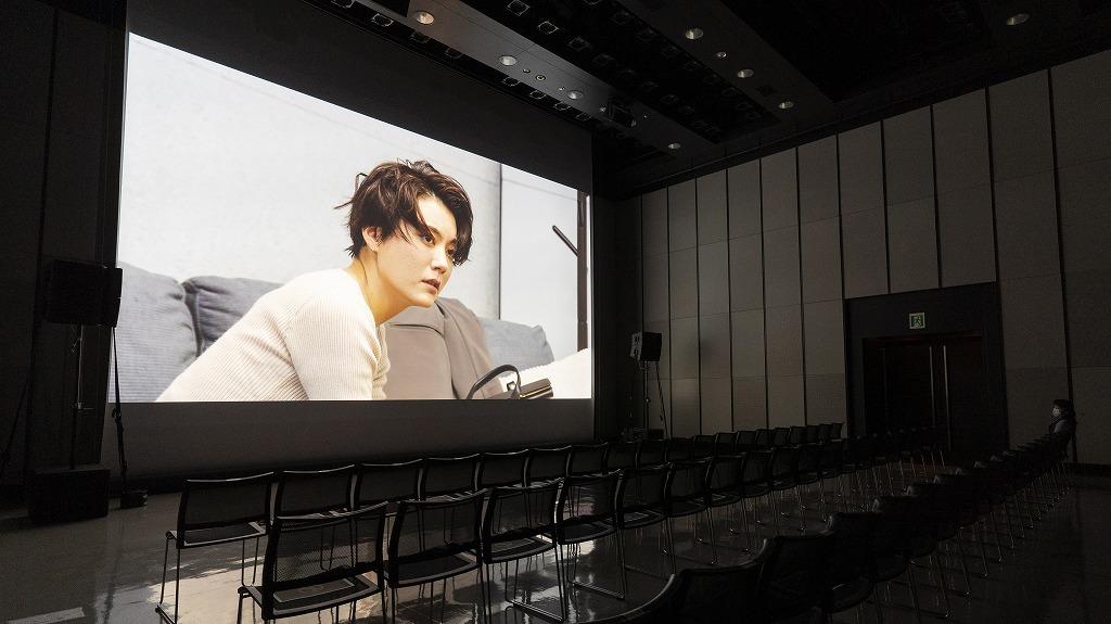 「ライブ配信上映 ヒカリエホール ホールBでの配信テストの様子」 (4K高精細映像と300インチのスクリーン)