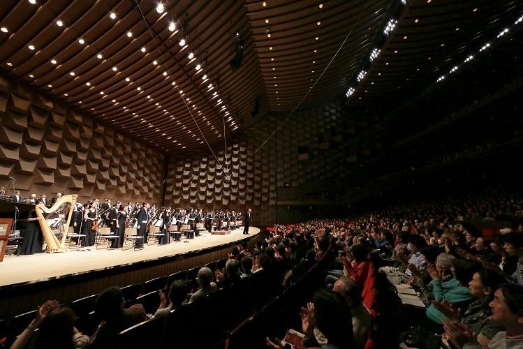 30mの大きな間口もフェスティバルホールの特徴の一つ   (C)飯島隆