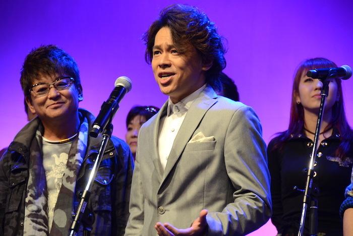ミュージカル『HEADS UP!』の製作記者会見でミニライブをする中川晃教(中央)