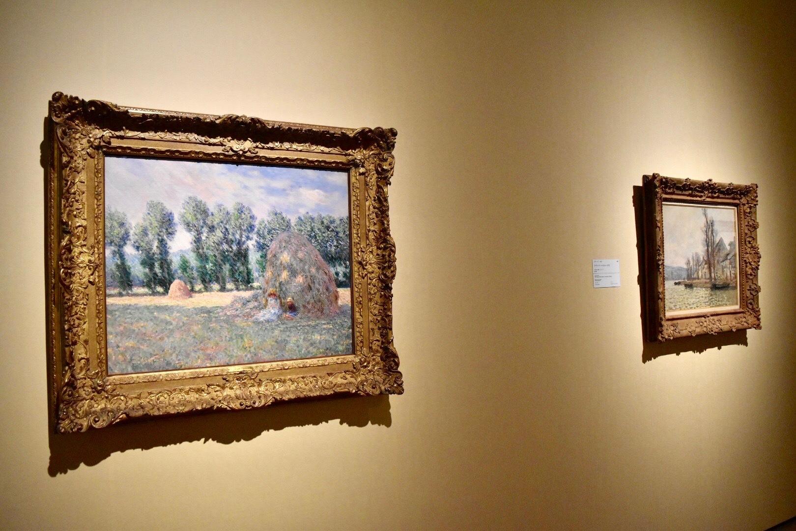 左:クロード・モネ 《積みわら》 1885年 大原美術館蔵 右奥:クロード・モネ 《ラヴァクールのセーヌ河》 1879年 個人蔵