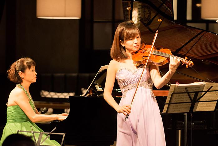 小柳美奈子(ピアノ)、奥村愛(ヴァイオリン)