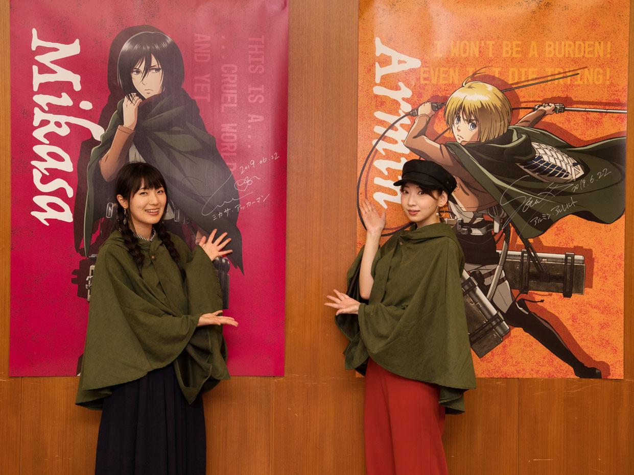 ポスターにサインした石川由依と井上麻里奈