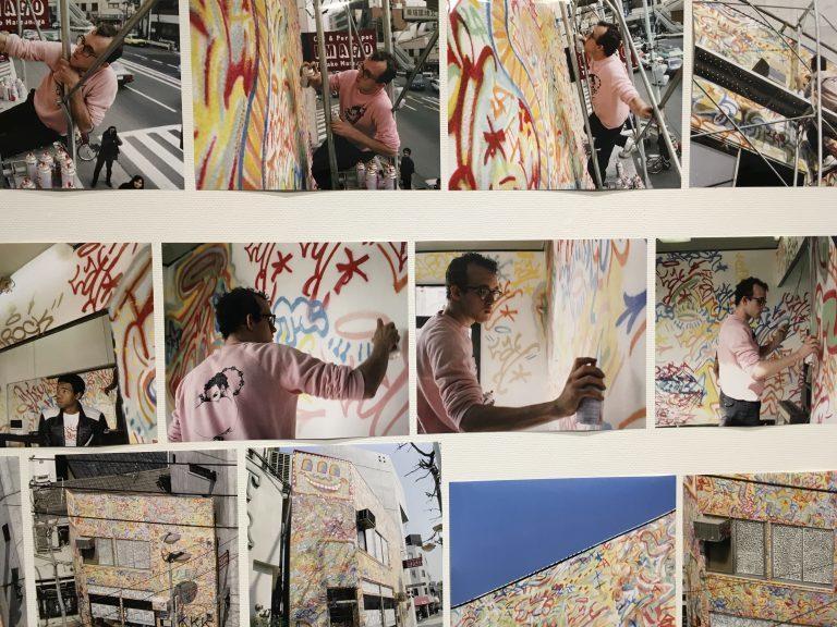 1983年、外苑前にある現ワタリウム美術館前の建物に壁画制作をしたキース・ヘリング。壁画は今も残っている。 《ワタリウム壁画制作写真》壁画制作記録写真 1983年東京神宮前 川島義都 © Keith Haring Foundation