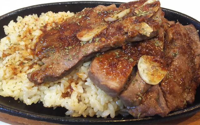 ステーキガーリック 1,000円(パプリカ)…にんにくの香りとビーフステーキが焼ける香りが、食欲をそそる一品