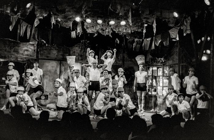 南河内万歳一座『唇に聴いてみる』中国公演より(95年)。 [撮影]杉浦正和