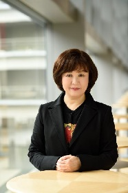 演劇芸術監督・宮田慶子が演出 アンドロイドと共生する未来を描く『プライムたちの夜』が新国立劇場小劇場にて上演