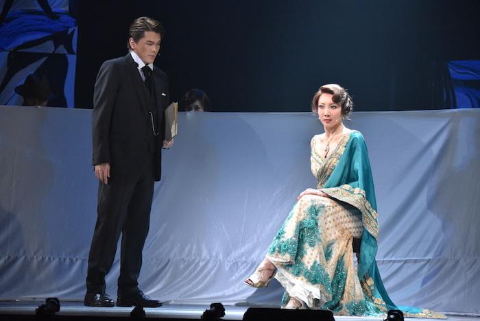 マタ・ハリを演じる柚希礼音(右)とラドゥーを演じる佐藤隆紀