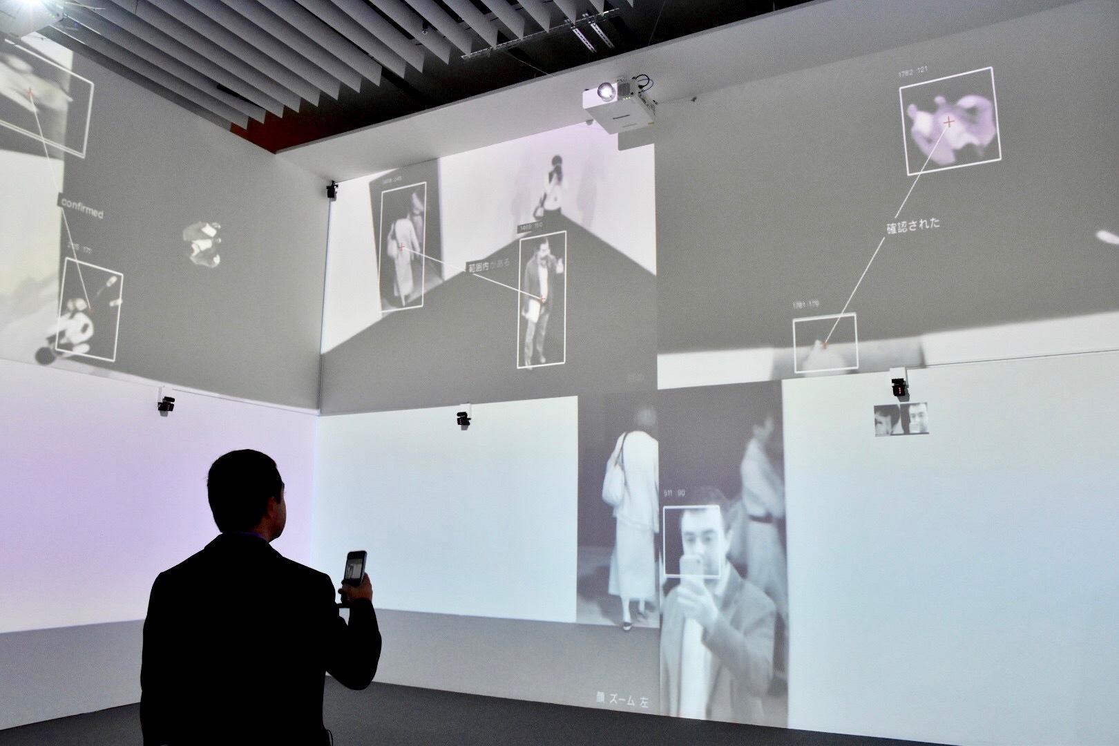 顔認識のセンサーと監視カメラを使い、室内の鑑賞者が検出される。 ラファエル・ロサノ=へメル&クシュシトフ・ウディチコ 《ズーム・パビリオン》 2015年