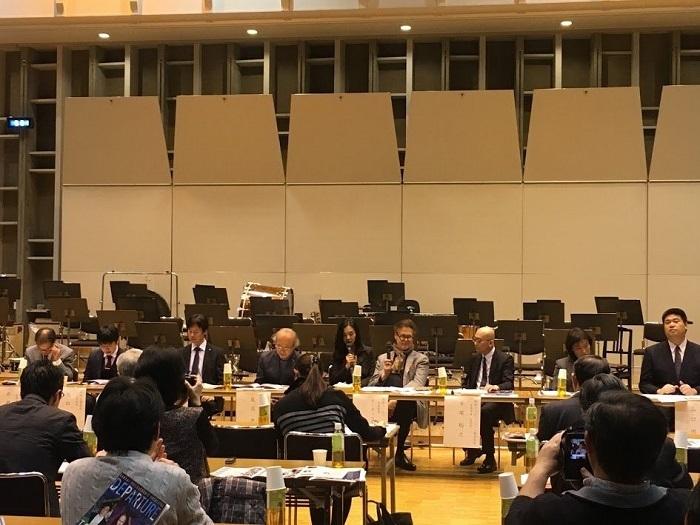 大阪4オケの事務局スタッフとマエストロがずらっと並ぶ 写真提供:関西フィルハーモニー管弦楽団