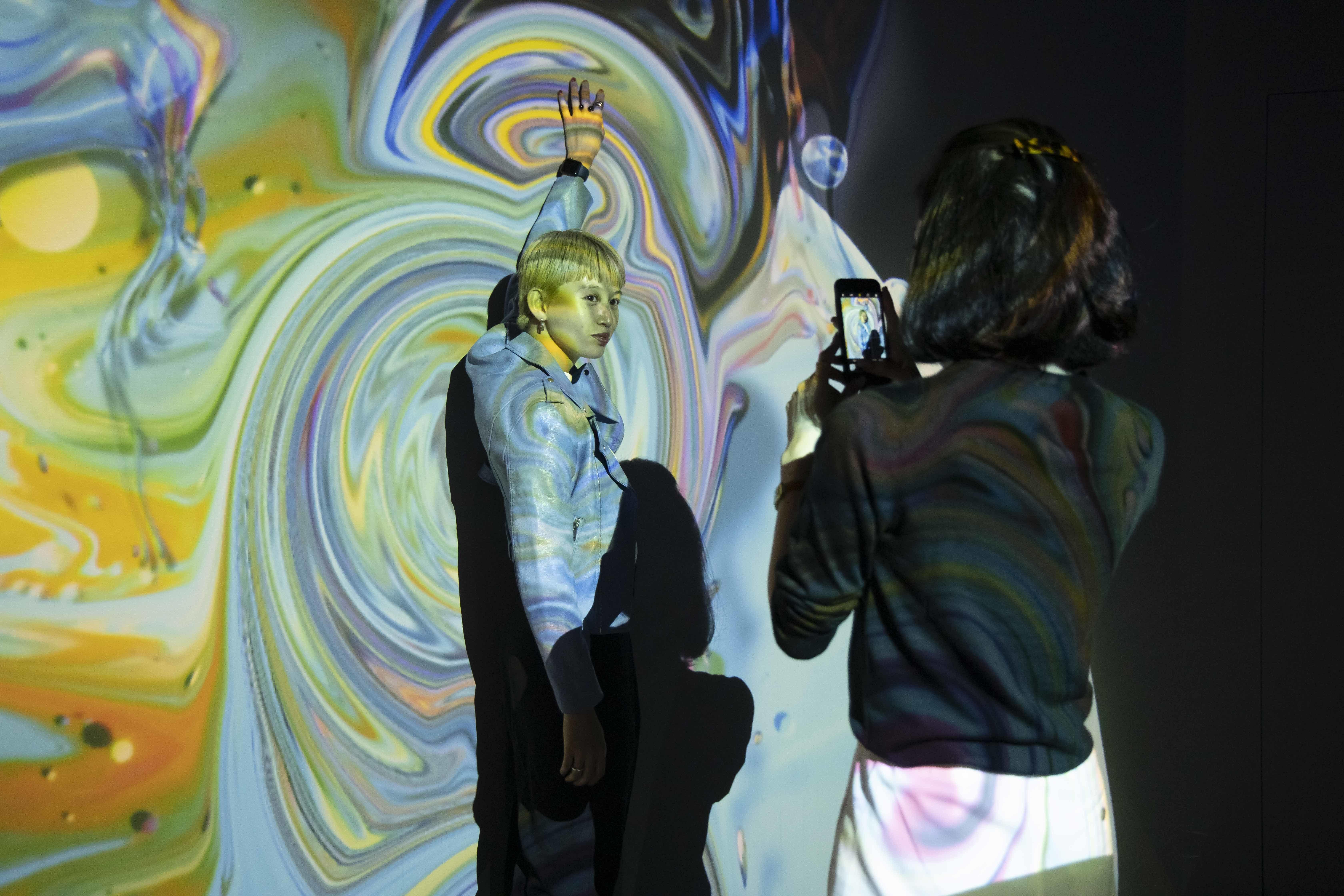 <Fluid Wall>は絶好の撮影スポット!デジタルアートと一体になる感覚を味わおう。