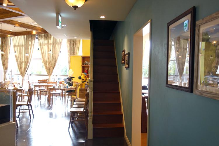 店内。2階へ向かう階段も忠実に再現されています。