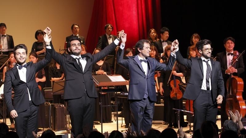 盛り上がったフィナーレ。左から3人目は、指揮者のマルチェッロ・ロータ