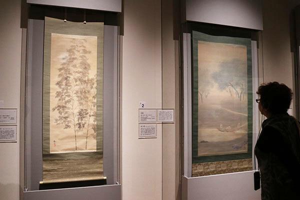同期の下村観山や盟友だった菱田春草らの作品も 左は下村観山《朧月》1914(大正3)年頃、右は菱田春草《釣帰》1901(明治34)年