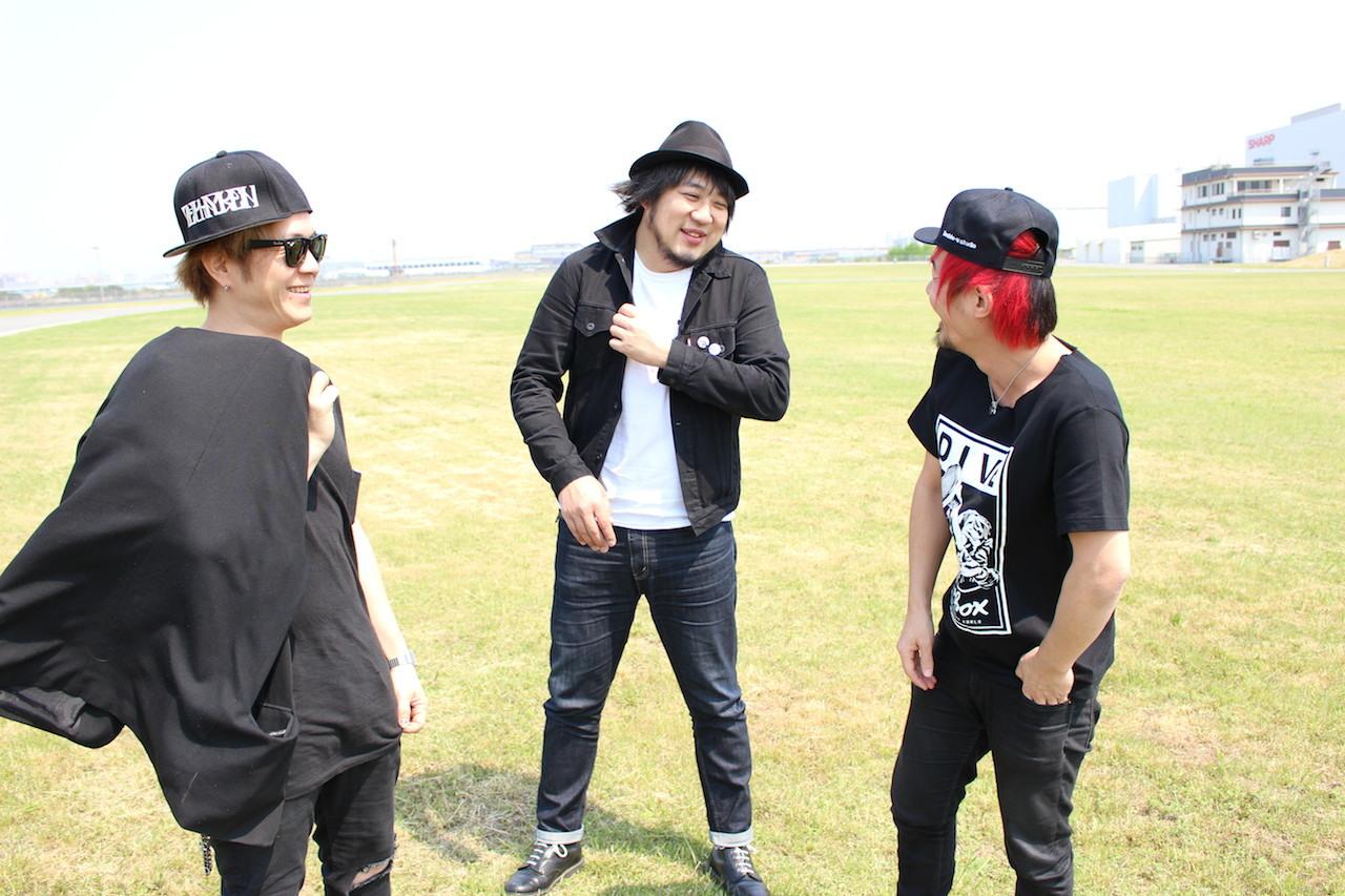 左から、TANNY、TSUNEHIKO KAJITA、U-tan