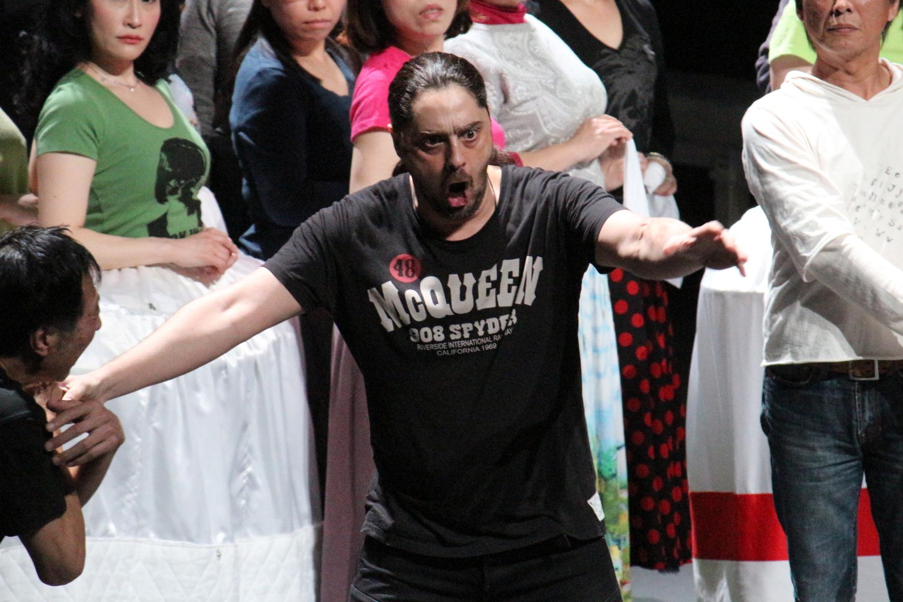 ヴィットリオ・ヴィテッリ(ジェラール)は歌、演技ともに絶好調(4/10リハーサルより/衣装は出演者私服です) (新国立劇場提供)