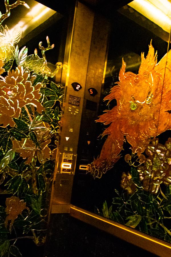 百段階段へのエレベーター